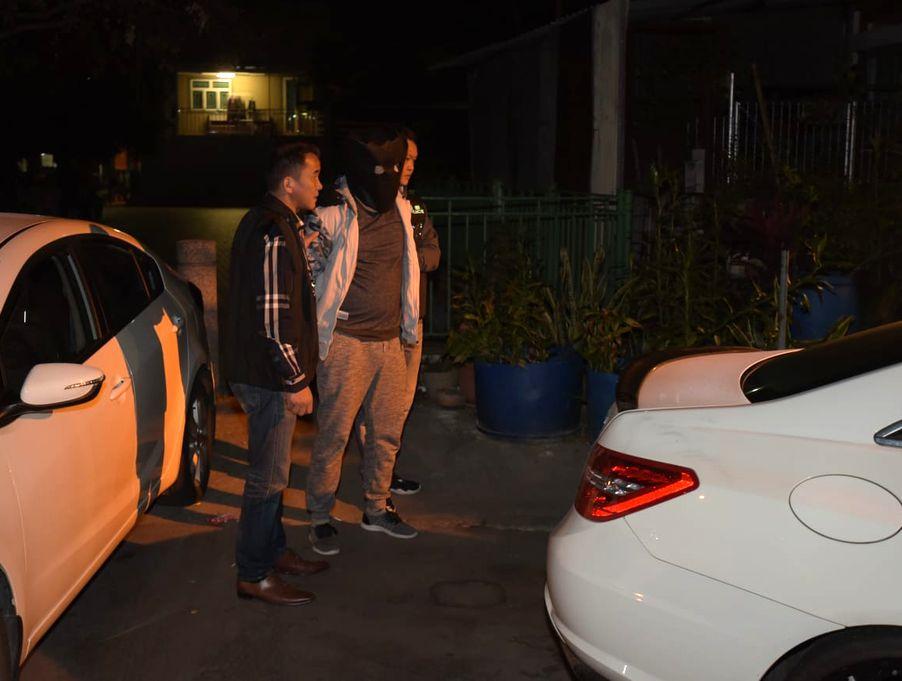 警方寻获其中一辆涉事私家车及拘捕一名男子。