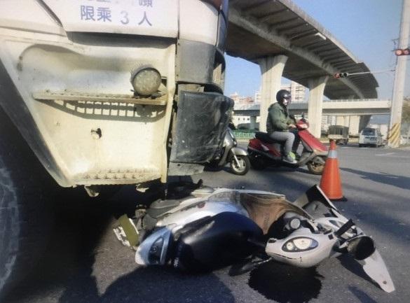 台女鐵騎士遭水泥車輾斃身體變形 10歲兒與父認屍痛哭
