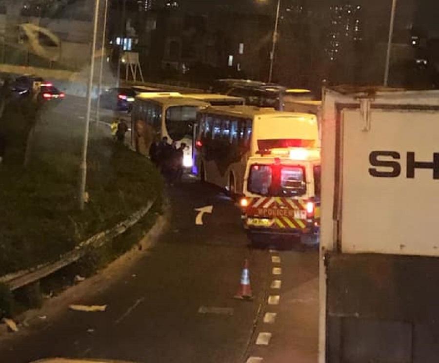 龙翔道有旅游巴追撞。 香港交通突发报料区