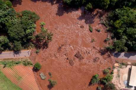 約100萬立方米夾雜鐵礦廢料的泥漿流出,重創礦場行政管理區和山村費爾特戈。AP