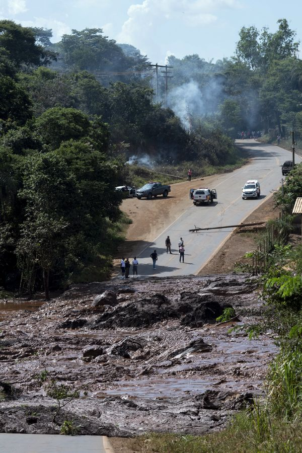 大量山泥掩蓋道路。AP