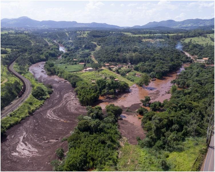 大量山泥湧到下游的城鎮。AP