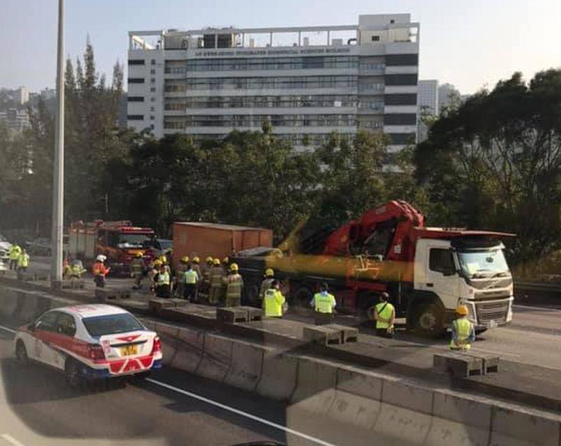 密斗货车与吊臂车相撞。网民Irene Chow摄