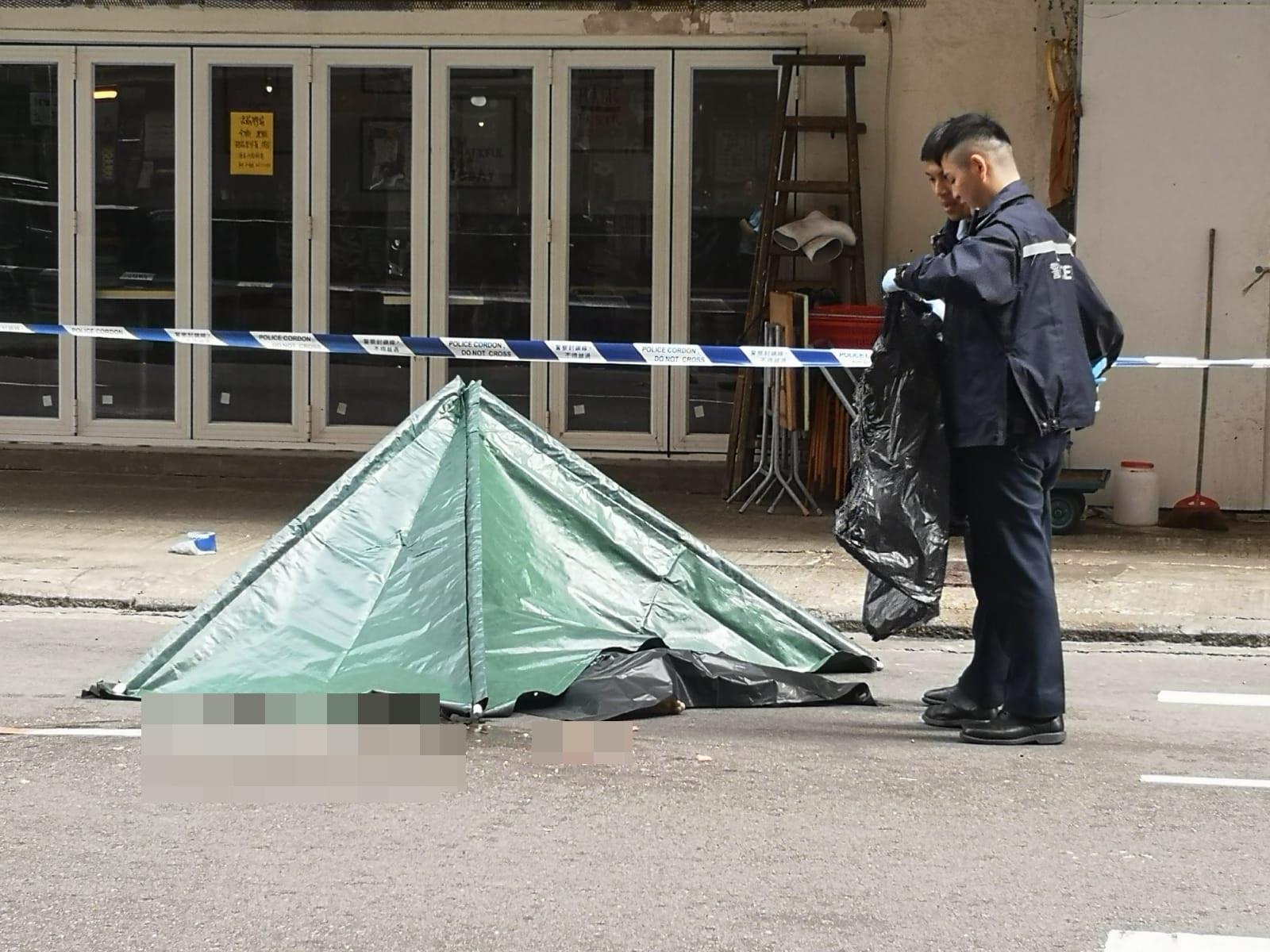 警方用帳篷遮蓋屍體。