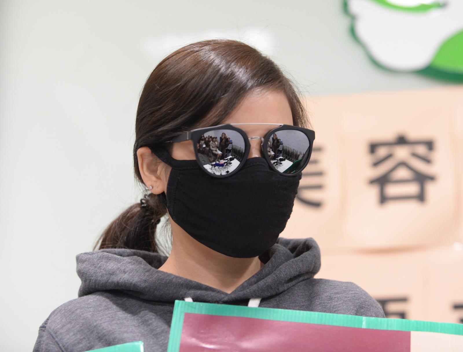 女事主接受疗程后,出现头部撕裂式剧痛、面部麻痹及呕吐,眼下位置至今仍凹凸不平。
