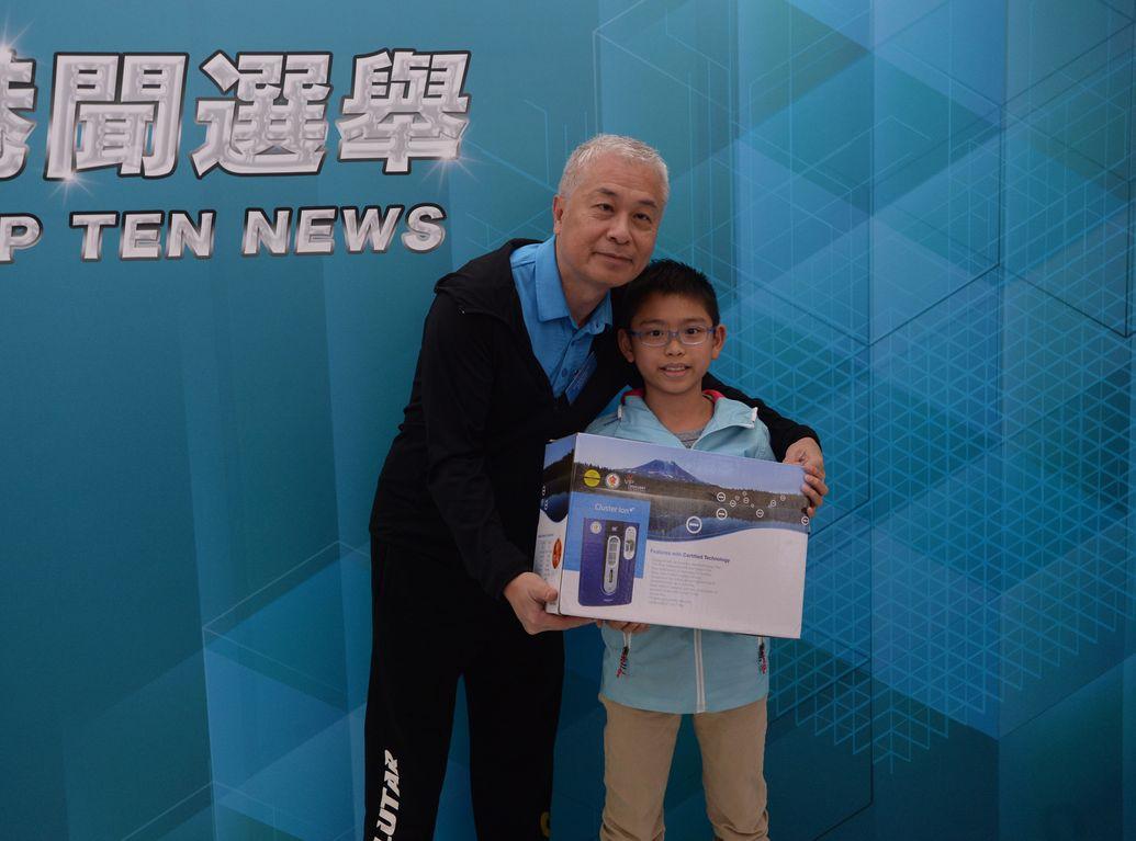 獲得學生組頭獎的保良局錦泰小學小五學生羅浩綱指,平時經常留意新聞報道。