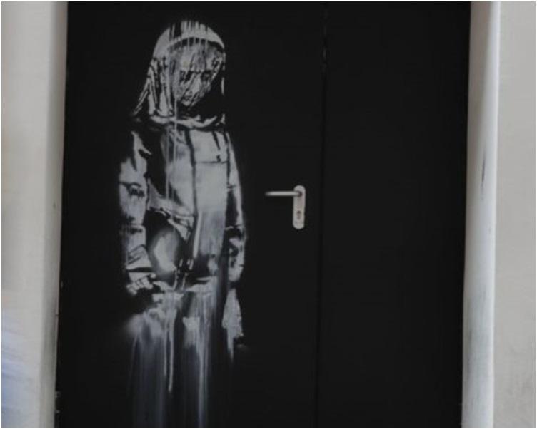 这副剧院逃生门上绘製少女低头哀悼的画像日前被人偷走。网图