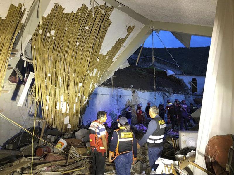 酒店事發時正舉行婚宴,牆壁倒塌壓著部分賓客。AP