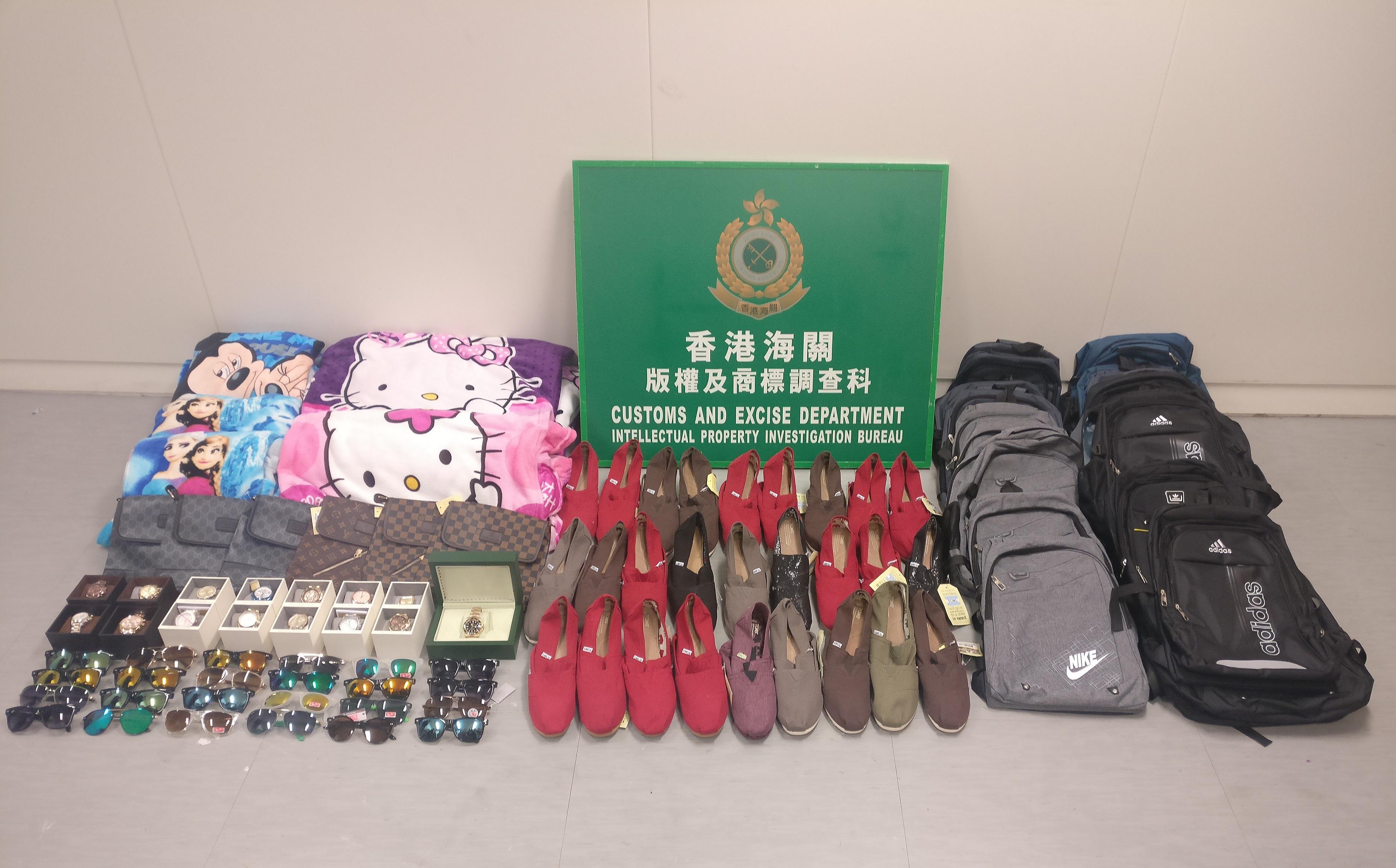 海關共檢獲約900件懷疑侵權物品,估計市值約7萬元。新聞處圖片