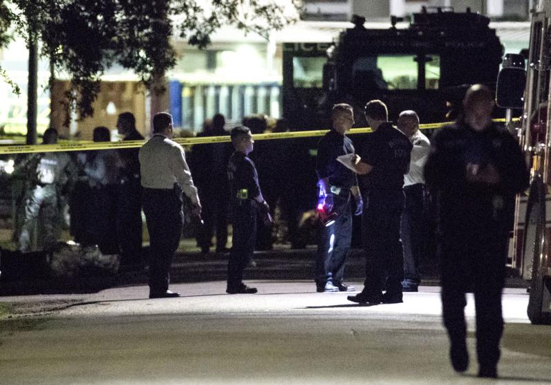 当地警方在得州休斯敦东南部一个住宅区破门搜查毒品及搜捕疑犯时,受到枪击。