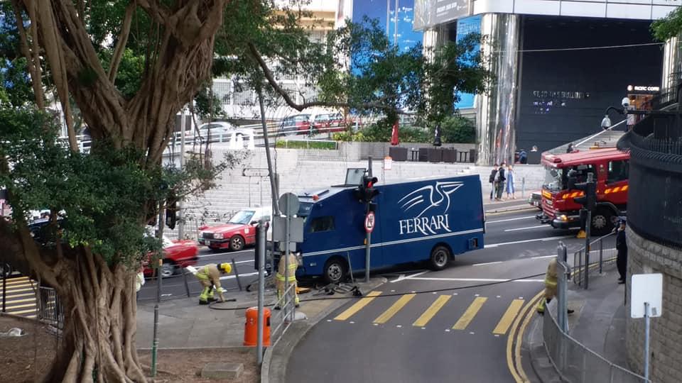 解款車撞上鐵欄。 香港突發事故報料區Wing Lo圖片