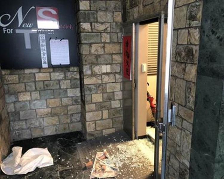 江添福毀壞玻璃大門並留下字條。網圖
