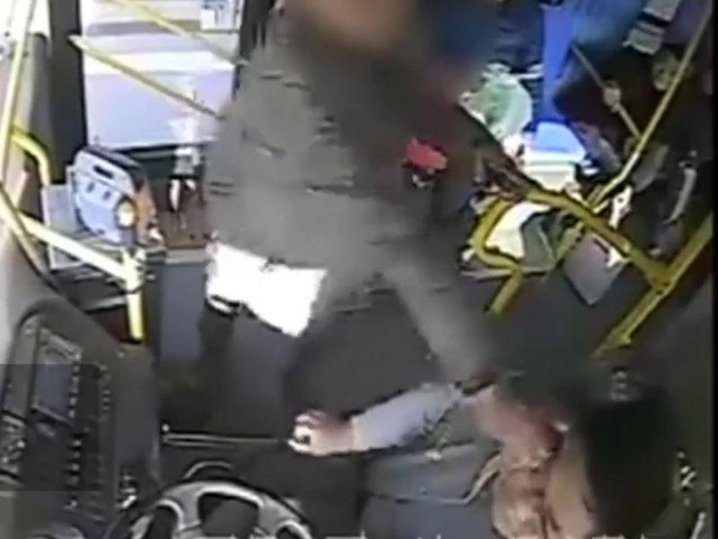 因低头玩手机坐过站的男乘客,伸手怒拔司机眼镜逼停车。