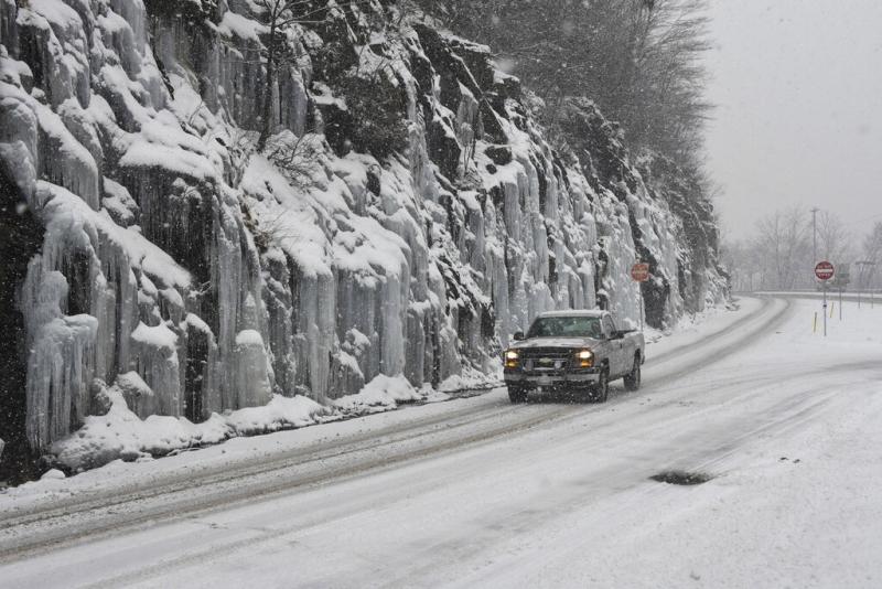 在宾夕法尼亚州,山坡及公路都布满白雪。AP
