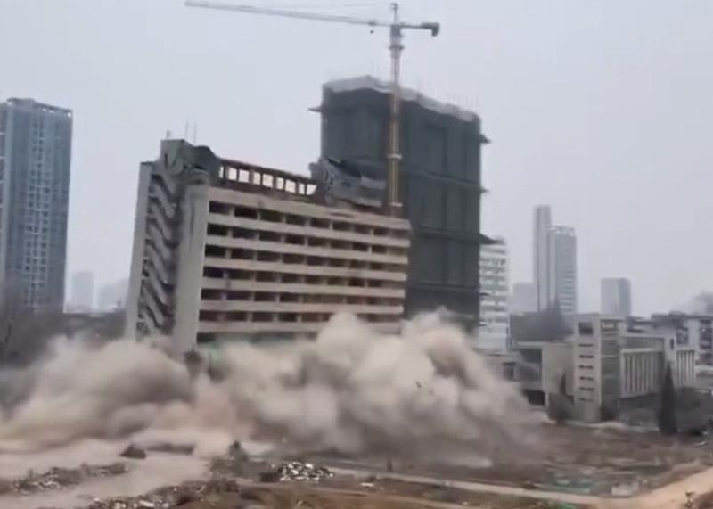 安徽理工大學畢業生投標接下炸毀母校大樓的工程,引發網絡熱議。(網圖)