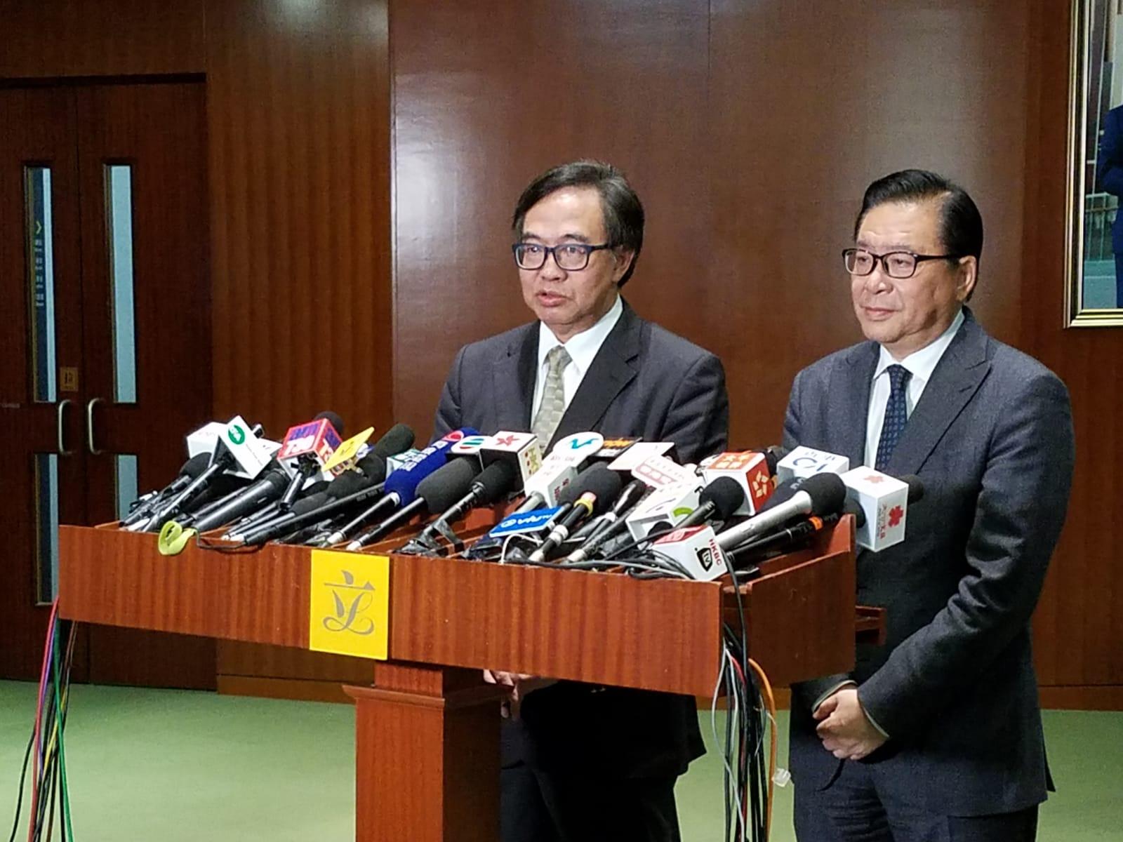 盧偉國(左)認為現階段應擴大調查委員會的職權範圍。