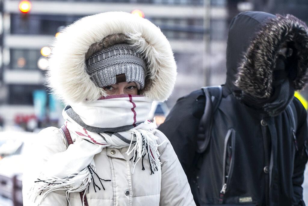 民众在严寒下外出。