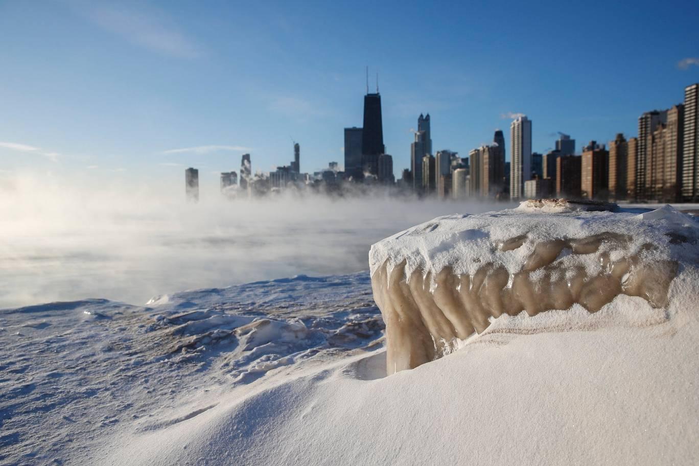 芝加哥河完全冰封,密歇根湖亦局部结冰。网上图片