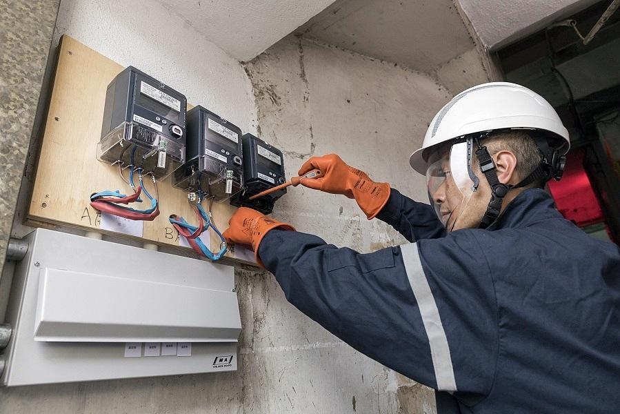 工程人員協助劏房單位重鋪電線及安裝獨立電錶。