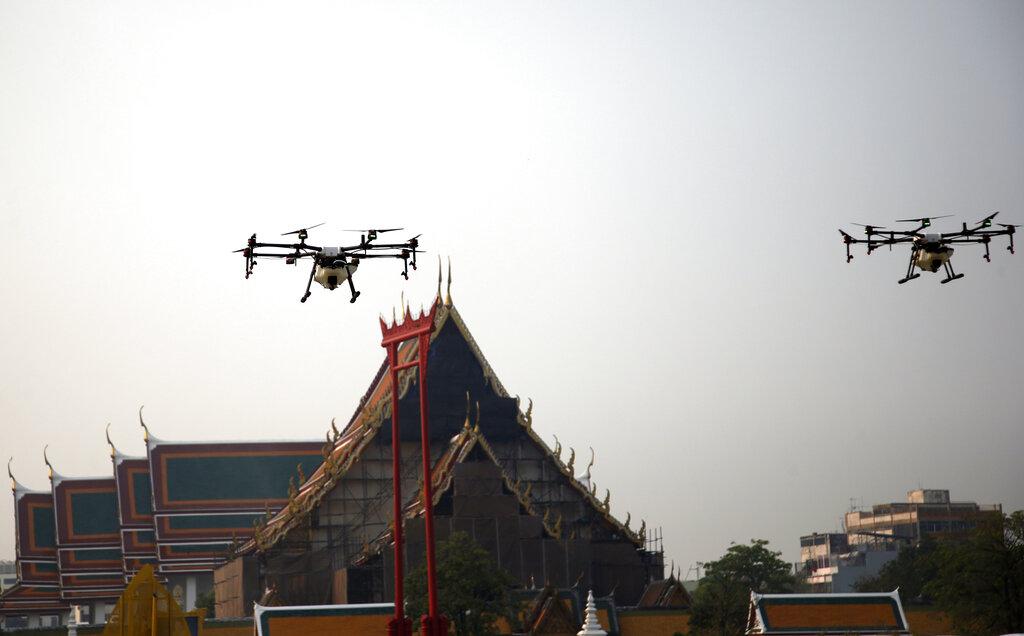 泰国无人机喷糖水冀吸附悬浮微粒。图片