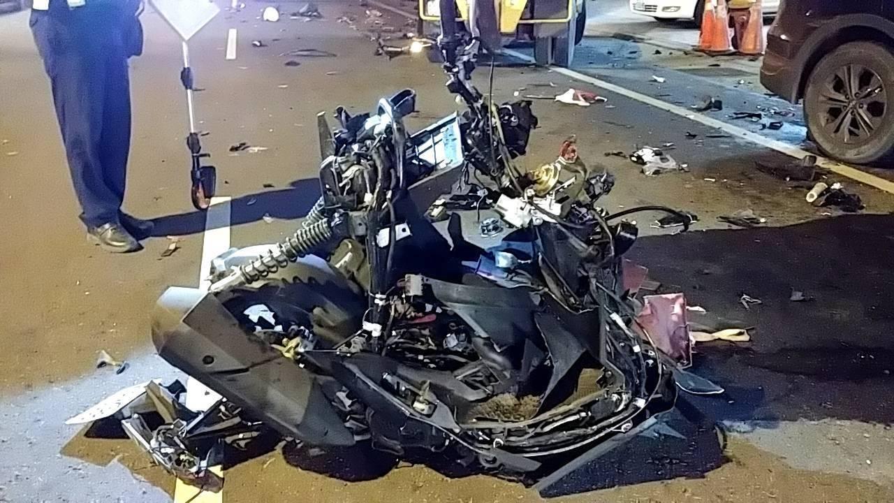 電單車嚴重損毀。網上圖片