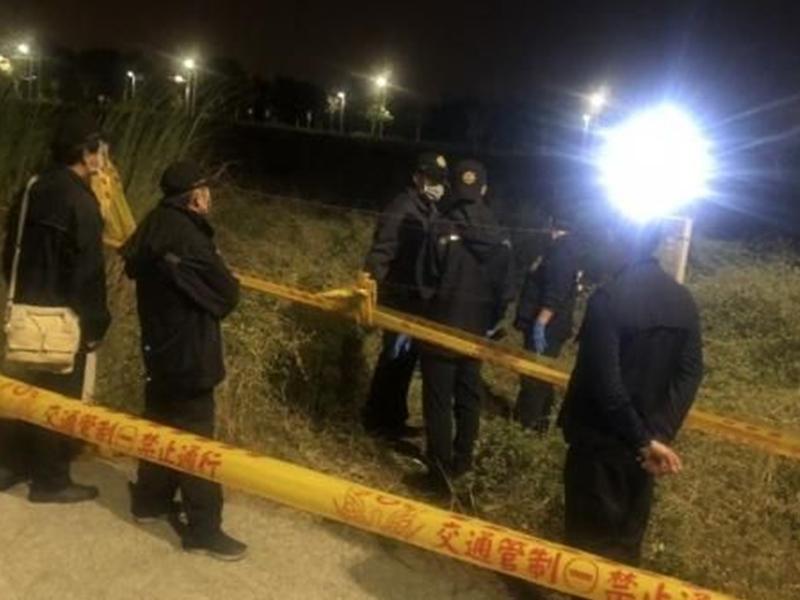 警员在弃尸现场搜证。网图