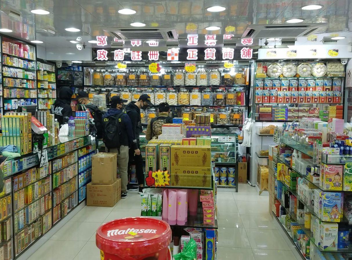 兩名男店員,在銷售蟲草的過程中涉嫌違反《商品說明條例》被捕。