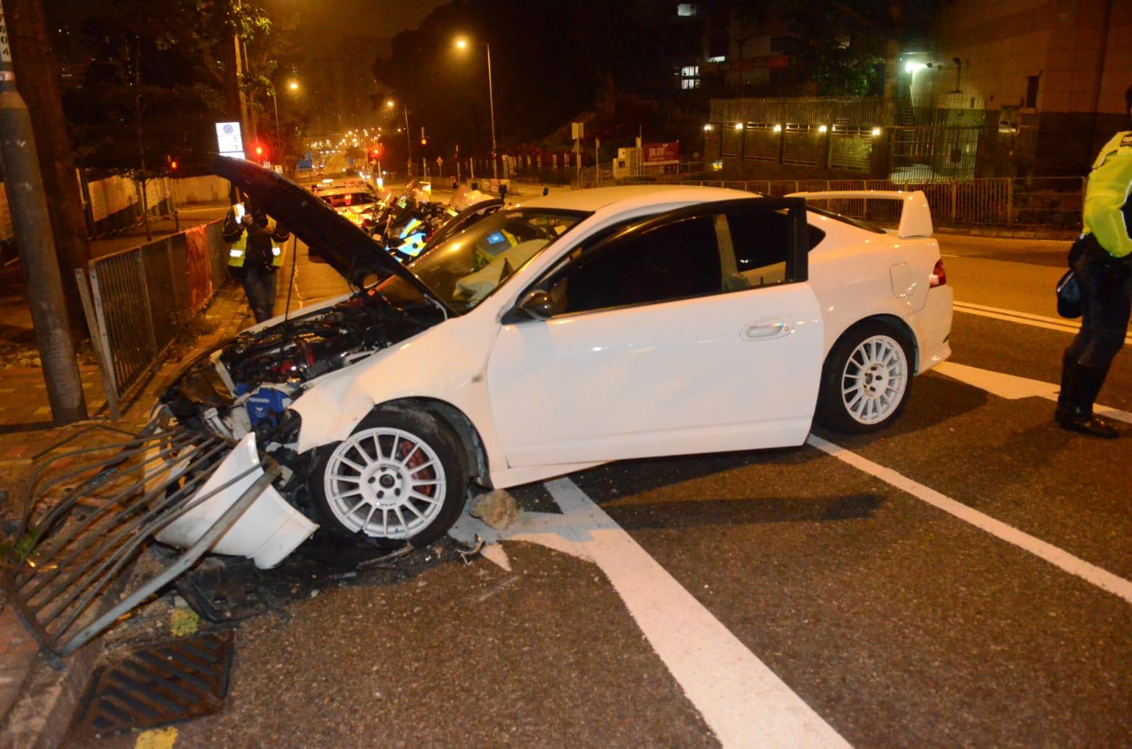 私家车失控撞栏。