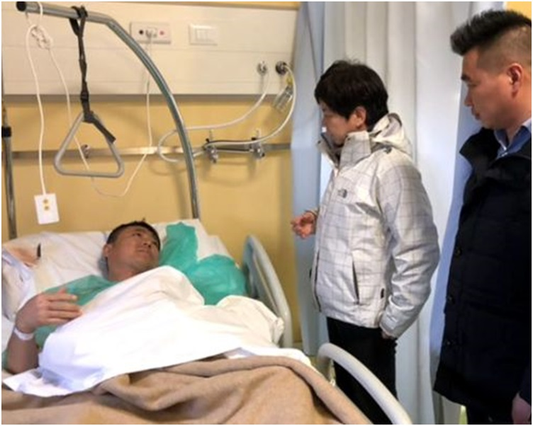 汪惠娟到医院探望伤者。