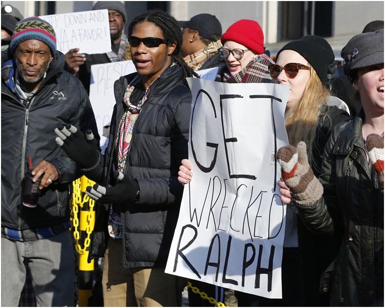 数十名示威者到州长官邸外要求诺瑟姆下台。