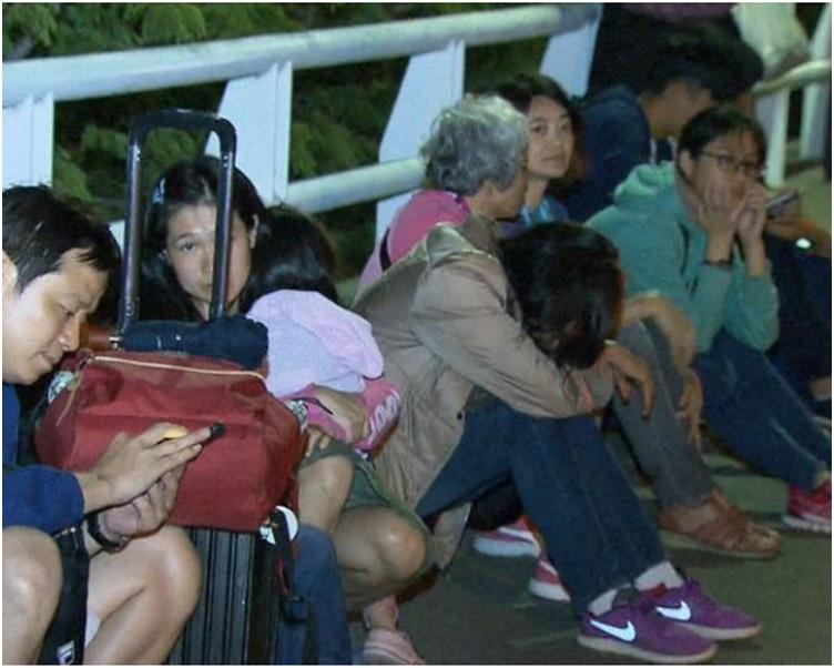 警方及机场工作人员紧急疏散旅客。twitter