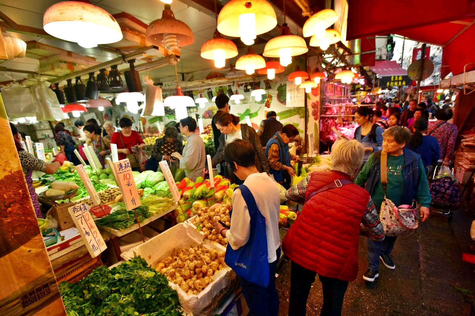 各區街市逼滿買餸做團年飯的市民。