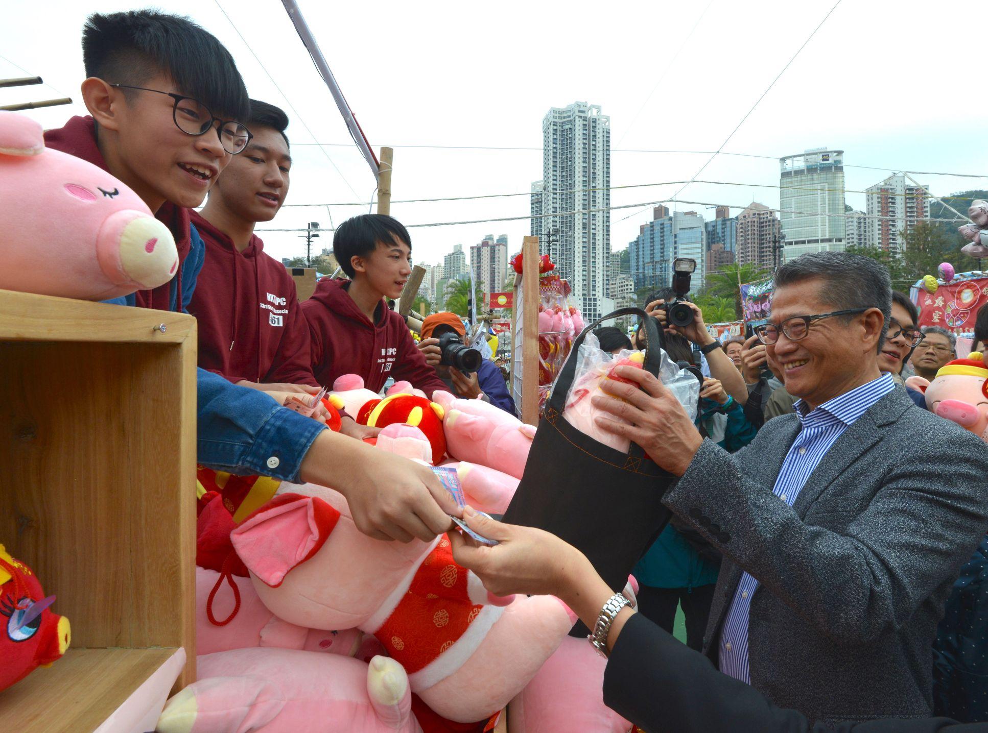 陳茂波早前到維園逛年宵市場。網誌圖片