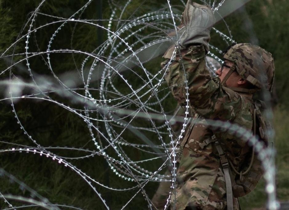美軍再興建約241公里長的鐵絲網圍欄。