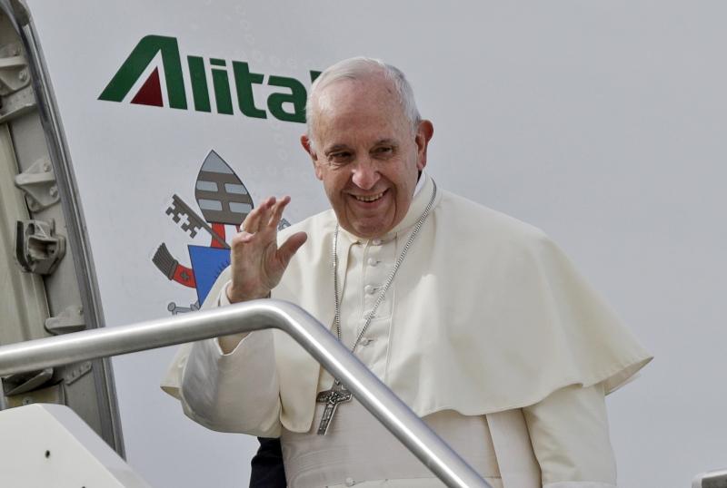 教宗方济各乘坐专机,抵达阿联酋首都阿布扎比,展开三日访问,成为首位到访阿拉伯半岛的教宗。
