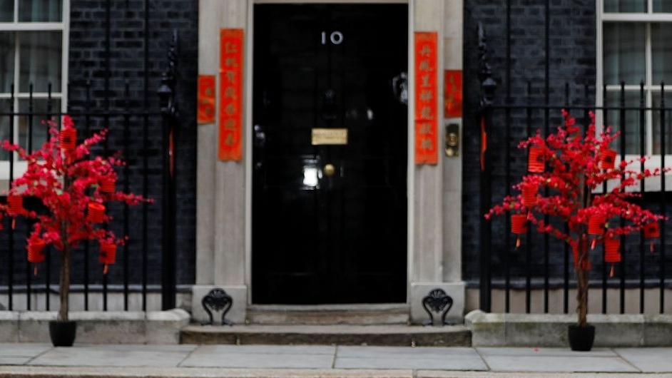 英國首相府唐寧街10號也貼出了一幅春聯。這是英國首相府有史以來第一次貼上春聯。(網圖)