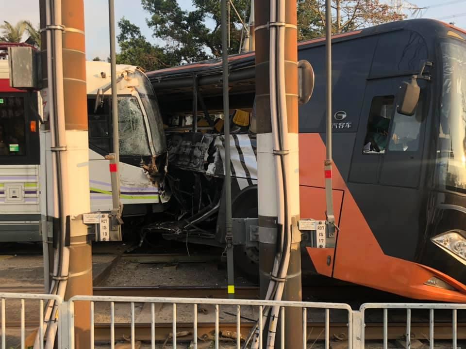 輕鐵攔腰撞上旅遊巴。網民Kay Wong圖片