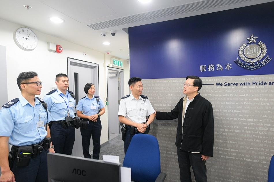 李家超探訪警方的當值人員。新聞處