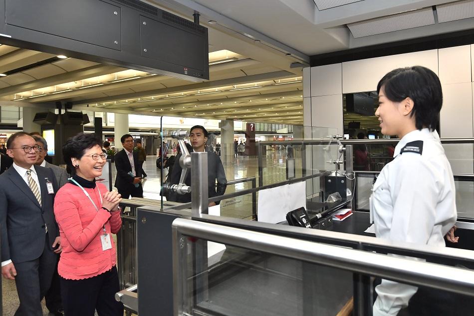 林鄭月娥探訪在機場當值的職員。新聞處