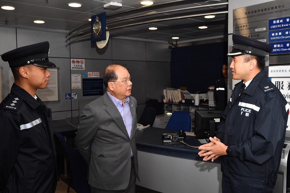 張建宗到落馬洲管制站視察運作情況。新聞處