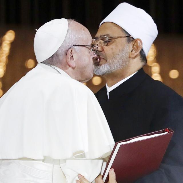 教宗历史性访问阿拉伯半岛,并与回教领袖亲拥。
