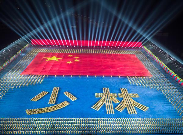 河南少林塔沟武校2万名师生表演的大型武术节目《少林魂》。微博图片