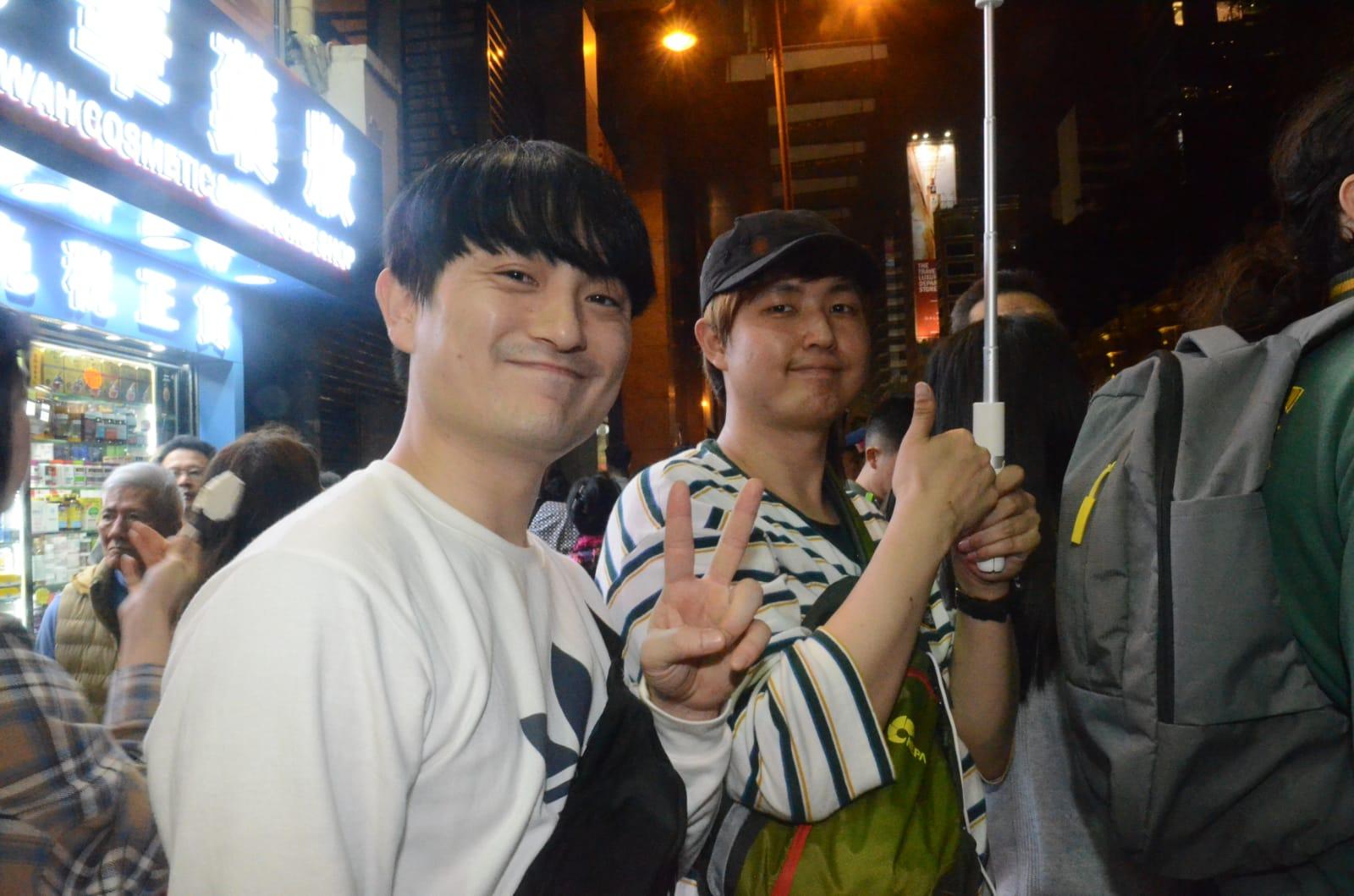 2名南韓青年大讚感到市面很有新年氣氛。