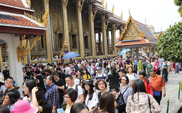 中国最大旅游网站分析指,4亿内地人外游,其中700万人出国,而泰国最受欢迎。微博图片