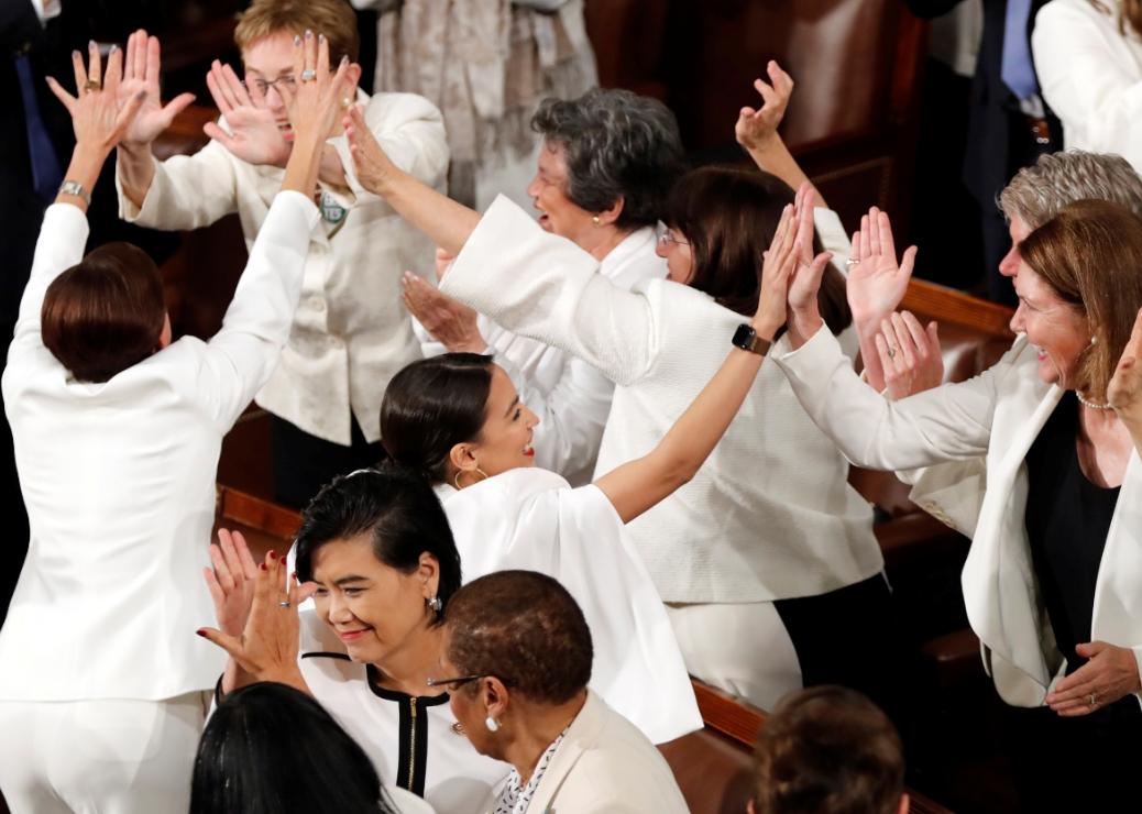 特朗普在演说期间,特别提及女性就职问题,一众白衣女议员闻言起立拍掌。