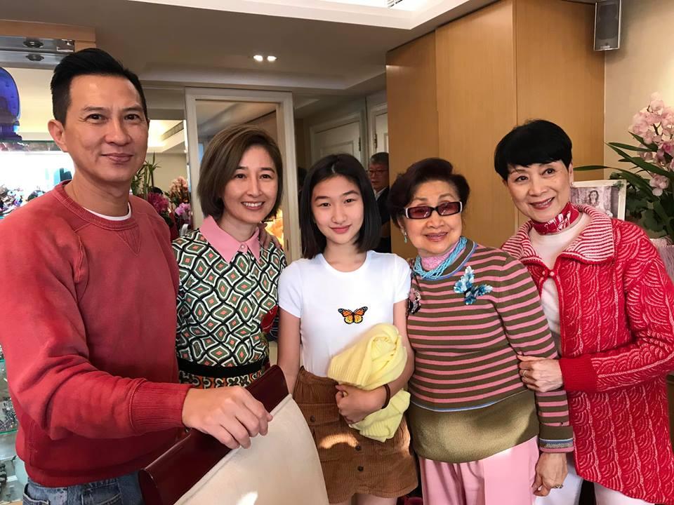 張童跟父母與仙姐、陳寶珠合照。(臉書圖片)
