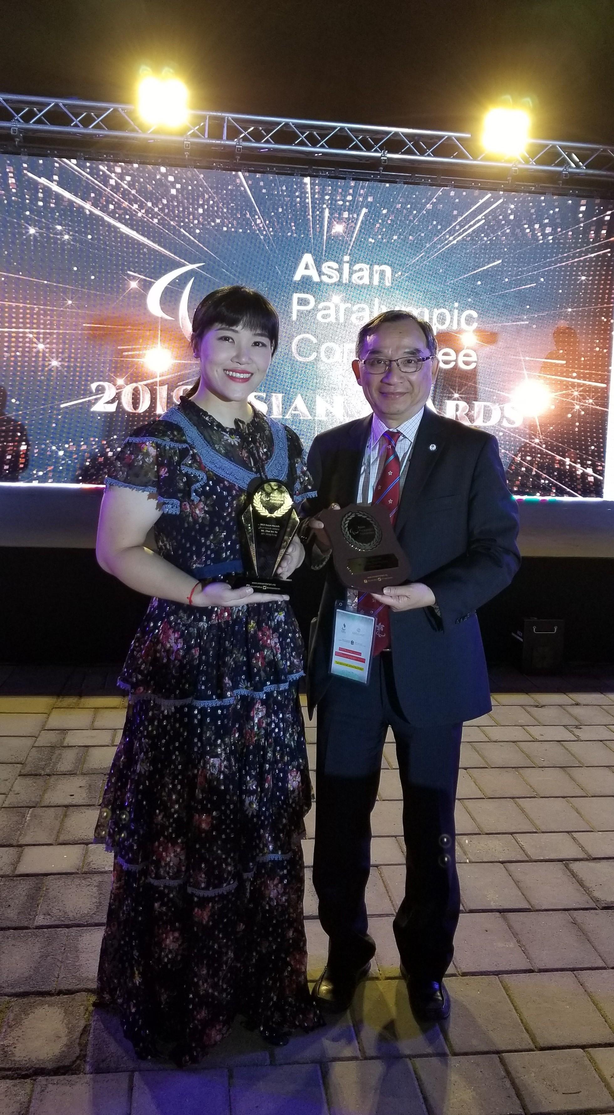 余翠怡(左)與林俊英獲亞洲殘疾人奧委會頒發獎項。相片由殘疾人奧委會供
