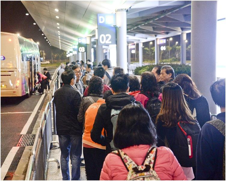 年初二全日共有7.6萬人次經港珠澳大橋出境,超過 6.3萬人入境。