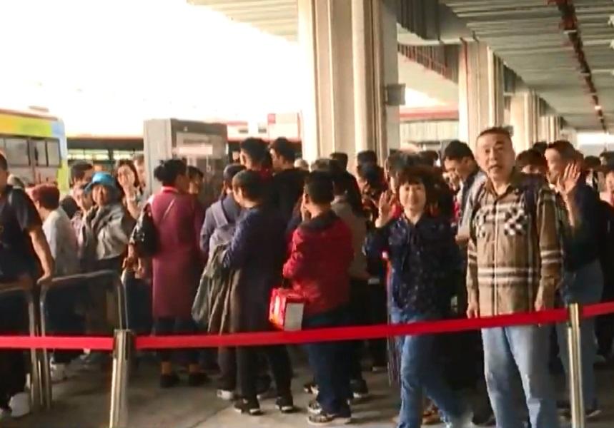 港珠澳大橋澳門口岸大批旅客等巴士。無綫新聞截圖