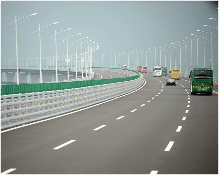 港珠澳大橋開通後,經水路往來的港澳客運下跌人數維持在約兩成。